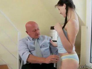 Heerlijk tiener fucks zeer oud grootvader