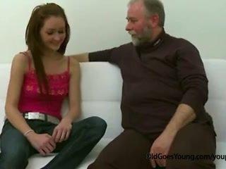 スリム ティーン 女の子 ファック バイ 古い 男 けいれん オフ 彼女の boyfriend と having 精液 以上 彼女の ティッツ