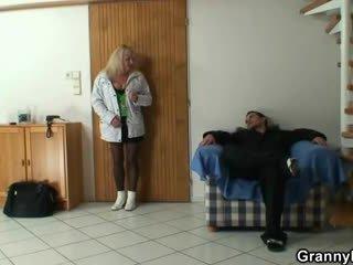 Lad picks нагоре а бабичка и bangs тя