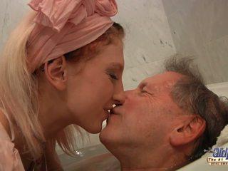 Ýaşlar blondinka housekeeper fucks with elder man after suwa düşmek.