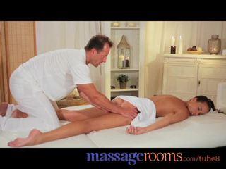 Masažas rooms seksualu modelis gets expert gydymas ir has gilus kietas orgazmas