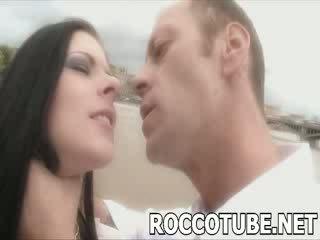 Roccon slaps a huono prostituoidun ja spits sisään hänen kasvot ennen hän fucks hänen. ei varten the faint hearted!