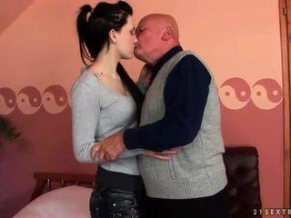 Много стар дядо loves тийн момиче