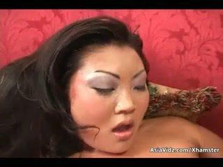 Мръсен азиатки блудница смуча и езда anally а дебели черни чеп