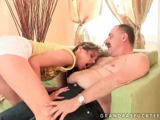 Gorące nastolatka loves dziadek