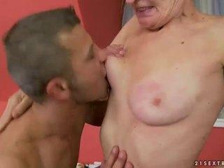 Caliente abuelita gets su peluda coño follada
