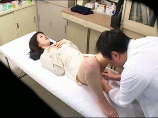 Perverzné doktor uses mladý pacient 02