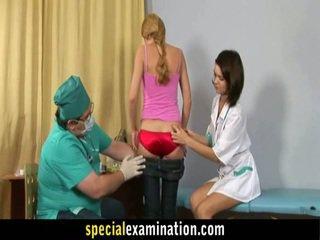 Gynecologist e enfermeira examinar doce loira teenager mel