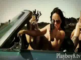 Τέσσερα τρελό Καυτά playmates tries έξω να είναι ένα stunt γυναίκες