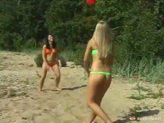 Donna omosessuale legale età teenagers onto il seashore