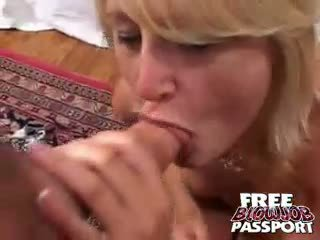Excited blond bitch stacy thorn licking og suging en