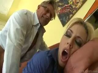 Горещ блондинки jessie volt rides стар guy на диван и eats изпразване