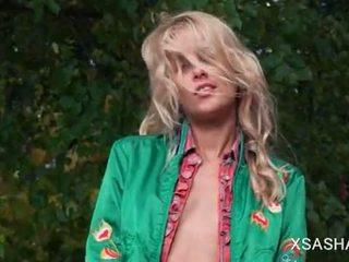 Ingel faced sasha flashing tema väike boobies sisse the aias