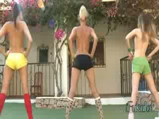 Trio telanjang lezzies membuat aerobik