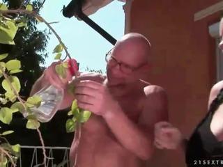 Laimingas senelis fucks krūtinga paauglys mergaitė