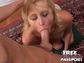 Pula starved blonda stacy thorn giving muie pe ei knees