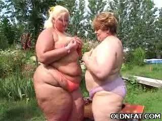 Tłusta dojrzała lesbijki having seks outdoors
