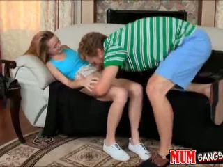 Μητριά με strap επί γαμήσι ava hardy ενώ τσιμπουκώνοντας καβλί