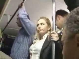 Sexy cô gái tóc vàng cô gái lạm dụng trong tại xe buýt
