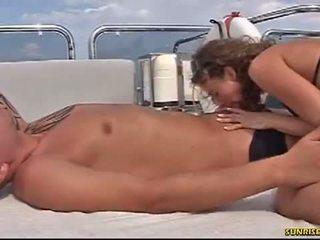 Sunrise kings: الهاوي فتاة gets كس licked في ال قارب
