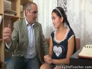 Tricky stary perv nauczycielka persuades azjatyckie cutie do ssać jego kutas
