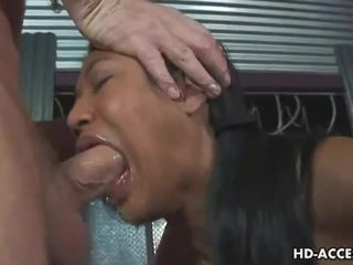 Caged asiática puta gives quente broche