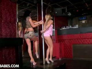 Pee pee filles: seductive pole dancers baise chaque autre