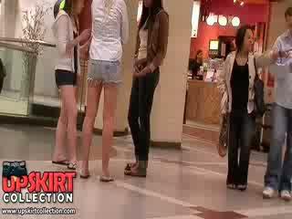 Sangat indah panjang legged gadis di celana pendek membiarkan itu excited crowd mengagumi mereka menarik seksi bodies