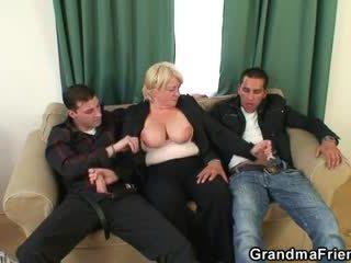 三人組 乱交パーティー とともに 酔った おばあちゃん