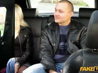 妻子 fucks 該 taxi driver 在 前 的 她的 丈夫