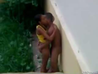 ברזילאי נוער מזיין מחוץ ב the גשם