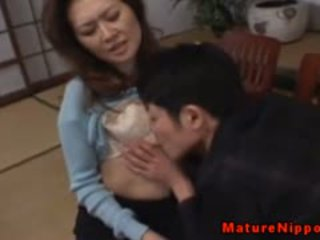 পুর্ণবয়স্ক এশিয়ান gets তার লোমশ বাক্স licked