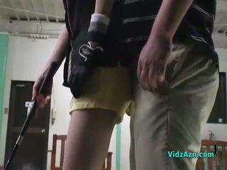 Aasia tüdruk giving suhuvõtmine edasi tema knees jaoks tema golf instructor