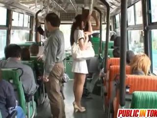Yuu asakura med en kuk på den buss