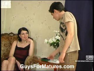 Flora 과 timothy 기절시키는 엄마 onto 비디오