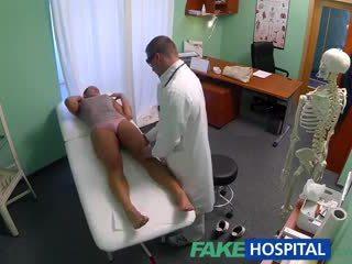 Fakehospital nešvankus milf seksas addict gets pakliuvom iki the daktaras o jos vyras waits