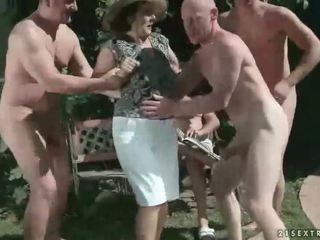 pissing, বৃদ্ধা, প্রতিমা
