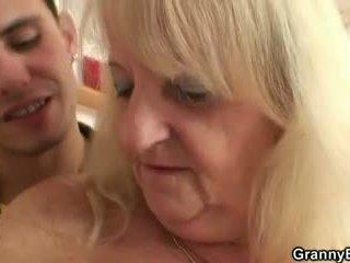 Viņš screws blondīne vecmāte uz melnas zeķe