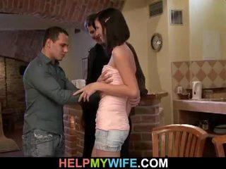 Jeune brunette femme loves adultère sur son homme