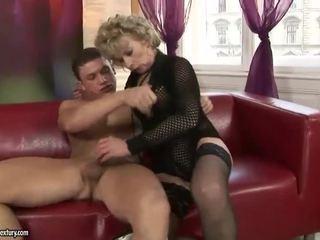 成熟した ブロンド enjoys ハード セックス