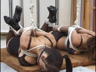 Two big-titty whores 緊縛 と ballgagged