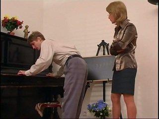旧的 钢琴 老师 dominates 她的 学生