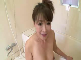 Aziatike moshë e pjekur në dush sucks në kokosh para stimulating veten