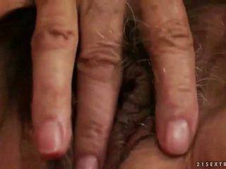 Ištvirkęs krūtinga senelė masturbacija