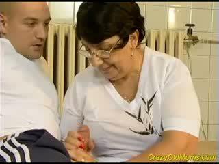Muito active velho mamãe