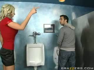سكران جبهة مورو sucks في مرحاض!