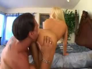 Cassie trẻ takes một to con gà trống video