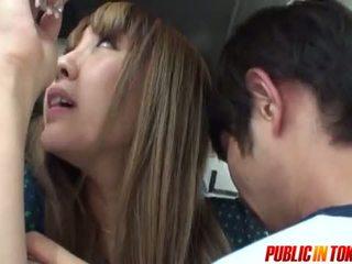 Sexy ado en une bus gets foutre en public sexe