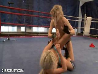 Nudefightclub cadouri laura cristal vs michelle moist