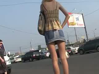 لطيف معرفة مع الهاوي فوق skirts